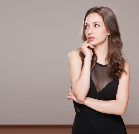 Portrait einer eleganten nachdenklich Brünette Schönheit.