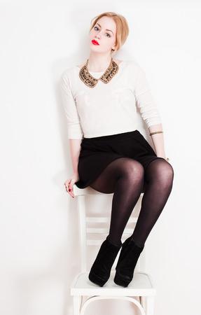 minifalda: Retrato de una muy elegante mujer rubia de moda joven.