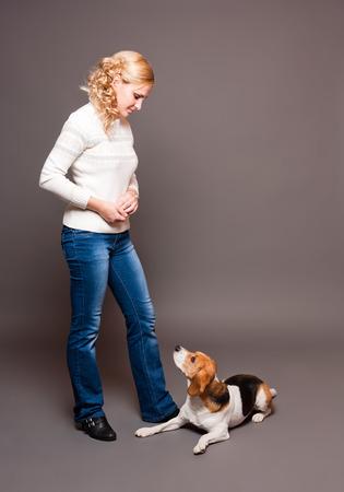 obediencia: Retrato de un beagle entrenado muy linda y su bonita propietario.
