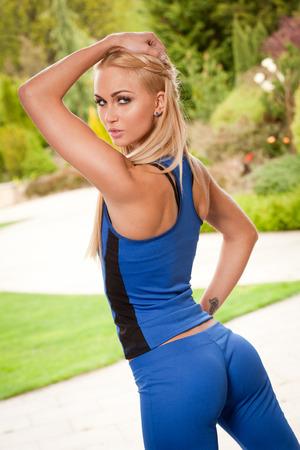 Retrato de una atractiva mujer rubia joven en muy buena forma. Foto de archivo - 28233689