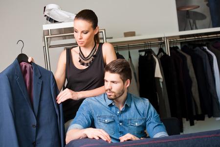 fashionable couple: Muy atractivos, j�venes y de moda de ropa Pareja de compras. Foto de archivo