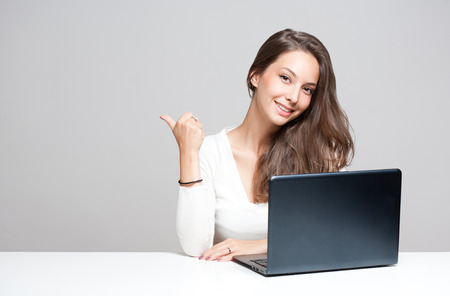 Portrait einer jungen Brünette Schönheit mit ihrem Laptop. Standard-Bild - 31755319
