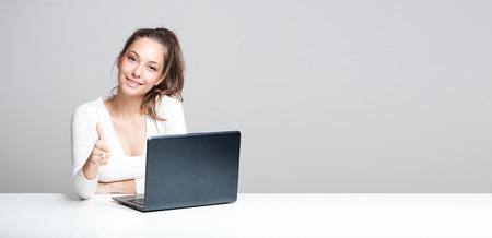 Portrait einer jungen Brünette Schönheit mit ihrem Laptop. Standard-Bild - 32467881