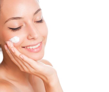 Portrait einer jungen Brünette Schönheit Kosmetik auf weißem Hintergrund.