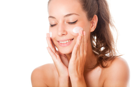 caras: Retrato de una joven hermosa morena cuidado de la piel.