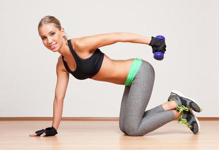 abdominal fitness: Retrato de una joven hermosa mujer rubia de fitness.