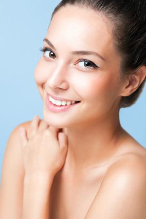Portrait einer jungen glücklichen Brunette kosmetischen Schönheit. Standard-Bild - 36511976