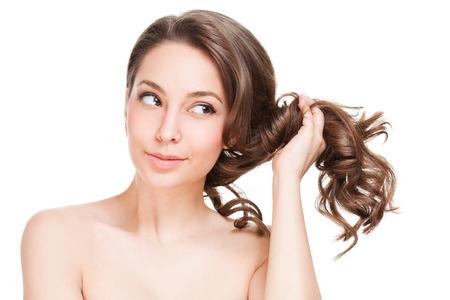 pelo: Retrato de una hermosa mujer morena con el pelo sano. Foto de archivo