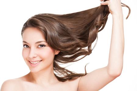 Портрет брюнетка красотой с сильной здоровых волос.