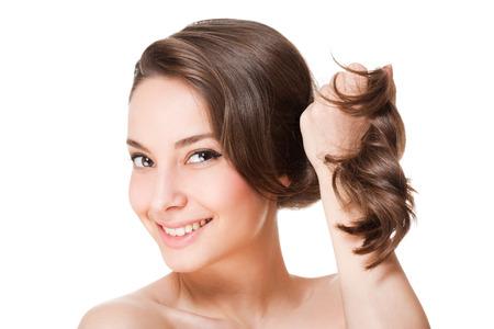 健康な髪とゴージャスな若いブルネットの女性の肖像画。