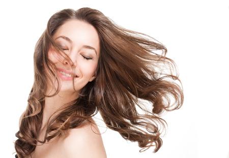 Portret van een prachtige jonge brunette vrouw met gezond haar.