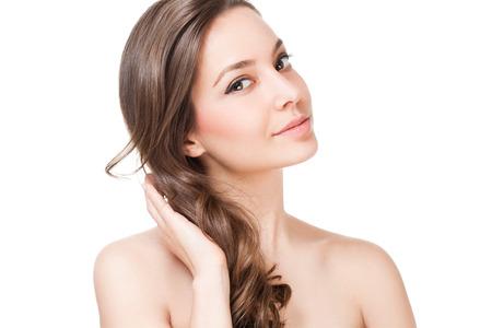 mujeres morenas: Retrato de una belleza morena con el pelo sano fuerte.