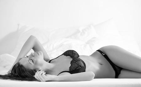 schwarze frau nackt: Sehr sexy Br�nette posiert in stilvollen schwarzen Dessous.