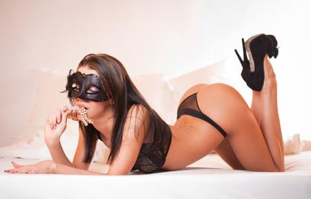 femme noire nue: Sensual somptueuse beaut� brune en lingerie noire dans le lit. Banque d'images