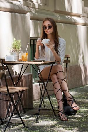 Junge Brunetteschönheit Touristen mit stilvollen Sommer Kaffee Spaß. Standard-Bild - 43775368