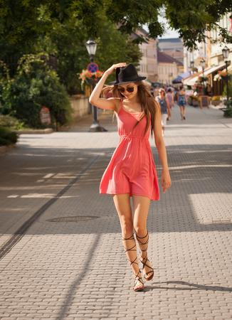 Prachtige brunette model vrouw buiten het dragen van roze zomerjurk. Stockfoto - 43775460