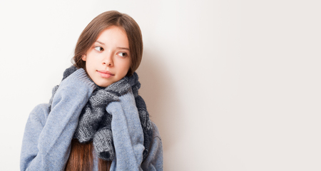 get ready: Preparatevi per il freddo, ragazza bruna in grande maglione blu.