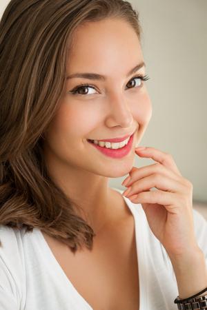 mooie vrouwen: Nauwe portret van een gebruinde brunette zomer schoonheid.