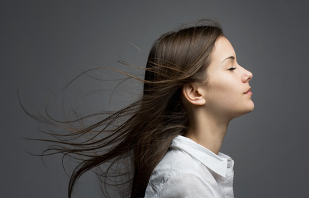 profil: Portret młodego brunetka piękna z sennej włosy smagane wiatrem.