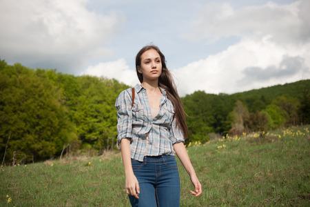 skinny: Relajado parecer joven senderismo belleza morena en la naturaleza. Foto de archivo