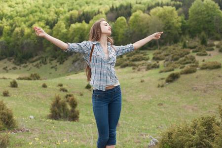in jeans: Enfriar joven morena disfrutando del baile de la naturaleza en el prado