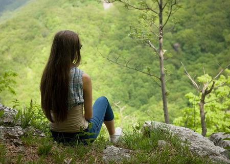 젊은 갈색 머리 아름다움 하이킹 바위 vista 지점에서 하이킹. 스톡 콘텐츠