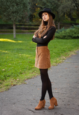 Outdoors portrait of a brunette autumn fashion beauty. Banco de Imagens
