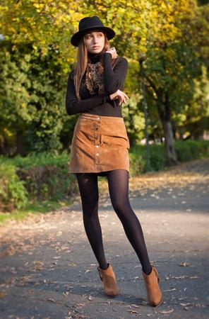 가을 옷에 젊은 갈색 머리 아름다움의 초상화.