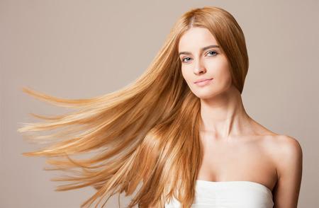 Porträt einer blonden Schönheit mit schönen gesunden langen Haare.