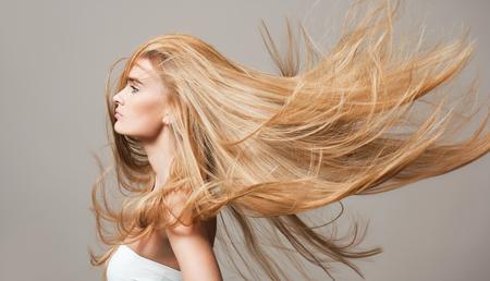 Portret blond piękności z pięknym zdrowym długimi włosami.