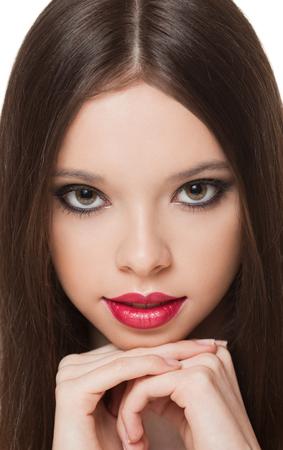 Retrato de una joven encantadora belleza morena de maquillaje.