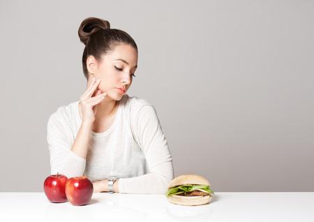 niña comiendo: Retrato de una joven morena belleza opciones que ofrece nutrición.
