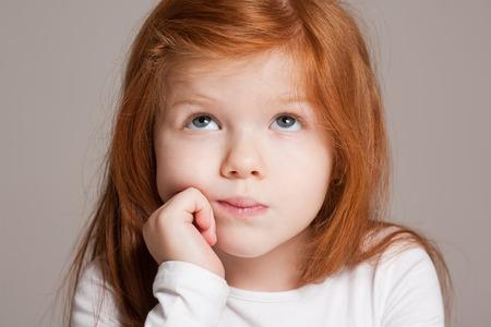 Close-up portret van een expressieve lieve jonge dame.