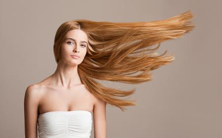 Long hair: Chân dung của một người phụ nữ tóc vàng xinh đẹp với mái tóc chảy tuyệt vời.