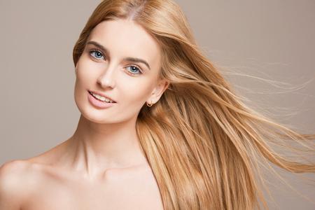hair blond: Ritratto di una giovane e bella donna bionda con sorprendente capelli fluenti.