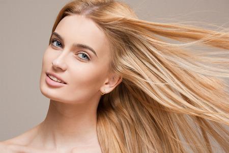 Portrait d'une belle jeune femme blonde avec chevelure incroyable.
