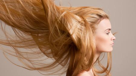 to wind: Retrato de una bella mujer joven rubia con el pelo que fluye increíble. Foto de archivo