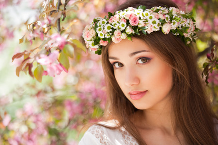 makeup beauty: Portrait of a gorgeous spring woman outdoors in nature.