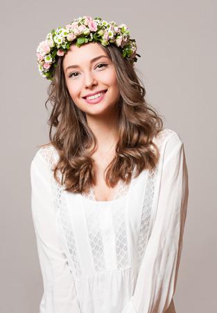 Portrait of  a young spring beauty wearing flower wreath. Standard-Bild