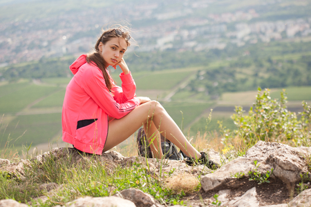 descansando: Fit young brunette woman doing outdoors exercise in fresh air. Foto de archivo