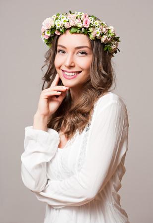 Portret van een jonge voorjaar schoonheid dragen bloem krans. Stockfoto