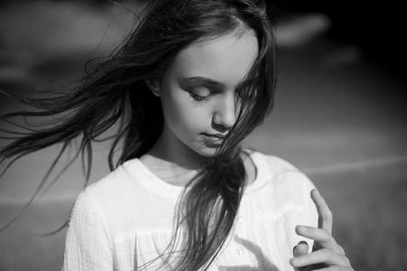 Artística retrato en blanco y negro emocional de una belleza joven morena.