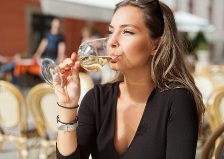 olfato: Retrato de una diversión vino mujer morena que tiene joven magnífica. Foto de archivo