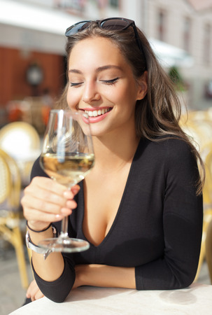 In openlucht portret van een mooie wijnproeverij toeristische vrouw.