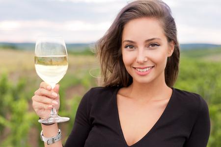 brunette: Al aire libre retrato de una bella mujer de turismo, degustación de vinos.