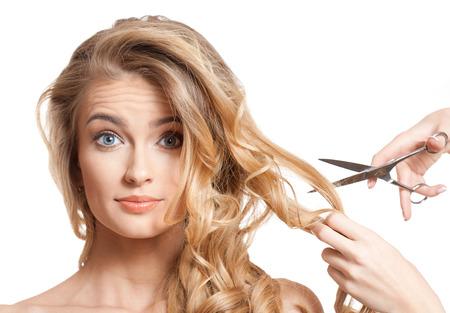 cabello rubio: Retrato de una mujer joven rubia con el pelo largo sano. Foto de archivo