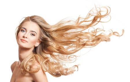 Retrato de una mujer joven rubia con el pelo largo sano. Foto de archivo