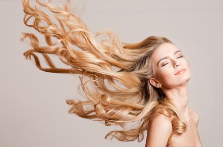 Portrait einer jungen blonden Frau mit dem langen gesunden Haar. Standard-Bild - 73521457