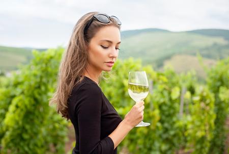 화려한 젊은 갈색 머리 여자가 와인 재미의 초상화. 스톡 콘텐츠