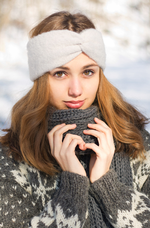 Outdoors portrait of s gorgeous brunette in winter fashion. Banque d'images